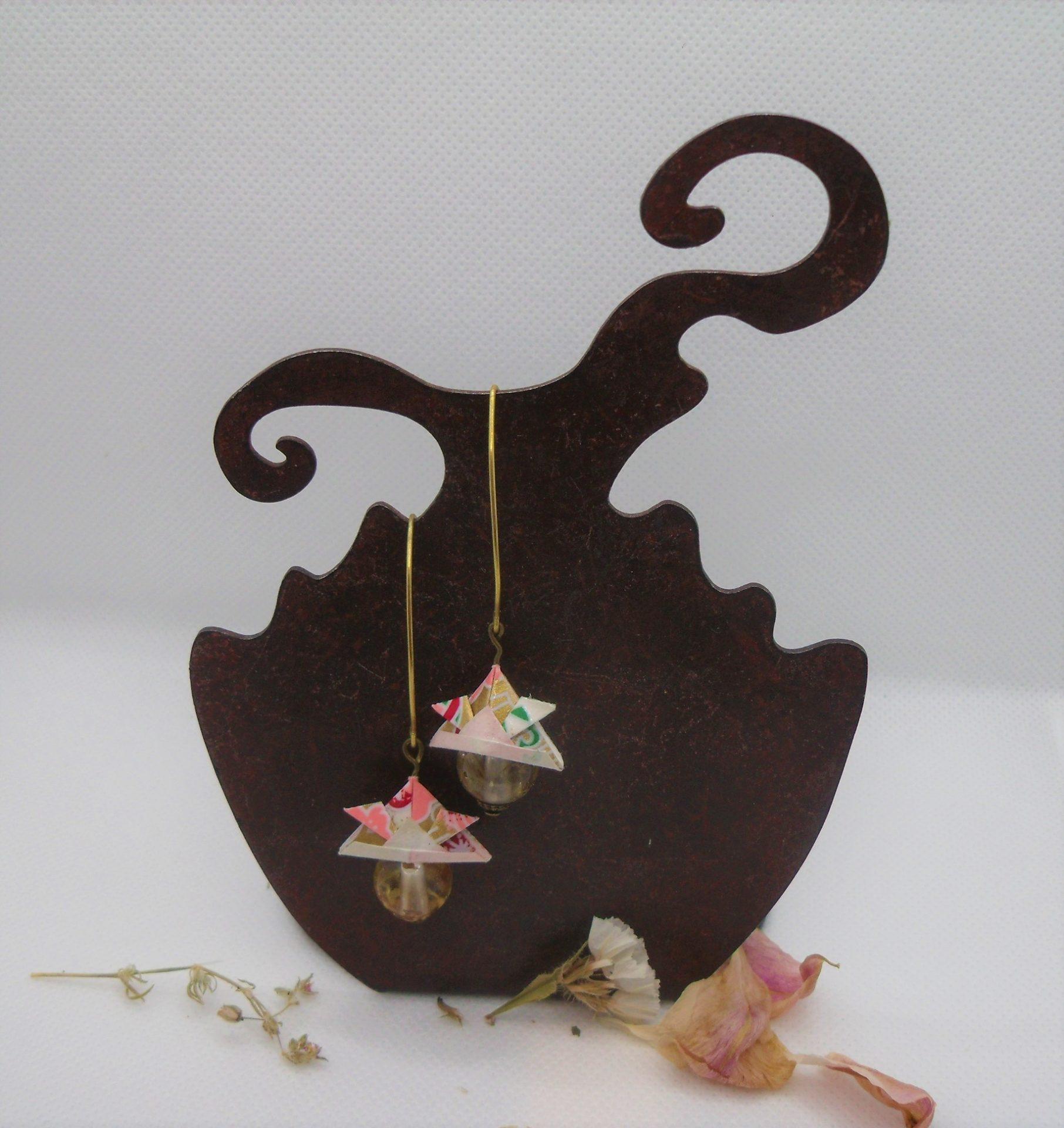 BOOs38 - 25€ - Boucles d'Oreilles Origami samouraï - et perle avec fleurs dans résine - BadHairDays