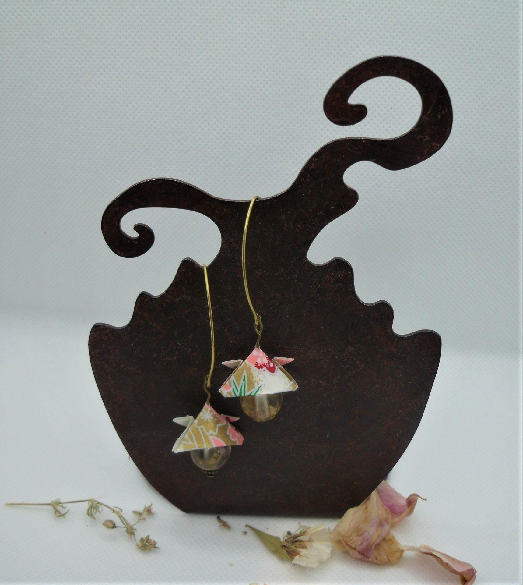 BOOs38 - 25€ - Boucles d'Oreilles Origami samouraï - et perle avec fleurs dans résine - dos - BadHairDays